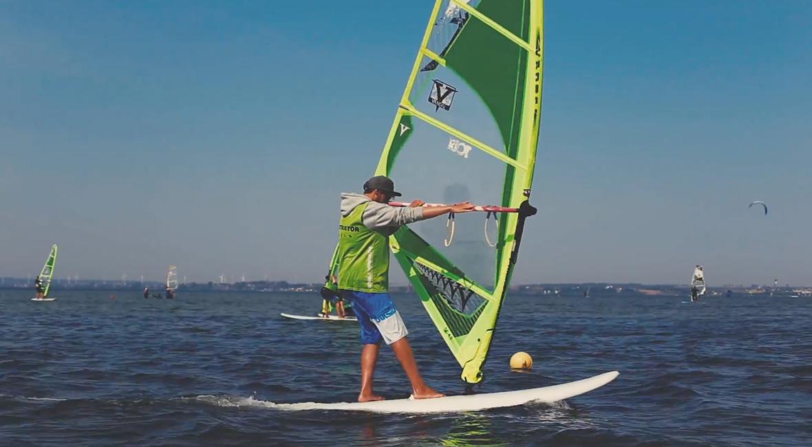 Kurs windsurfingu - jak wykonać zwrot z wiatrem?
