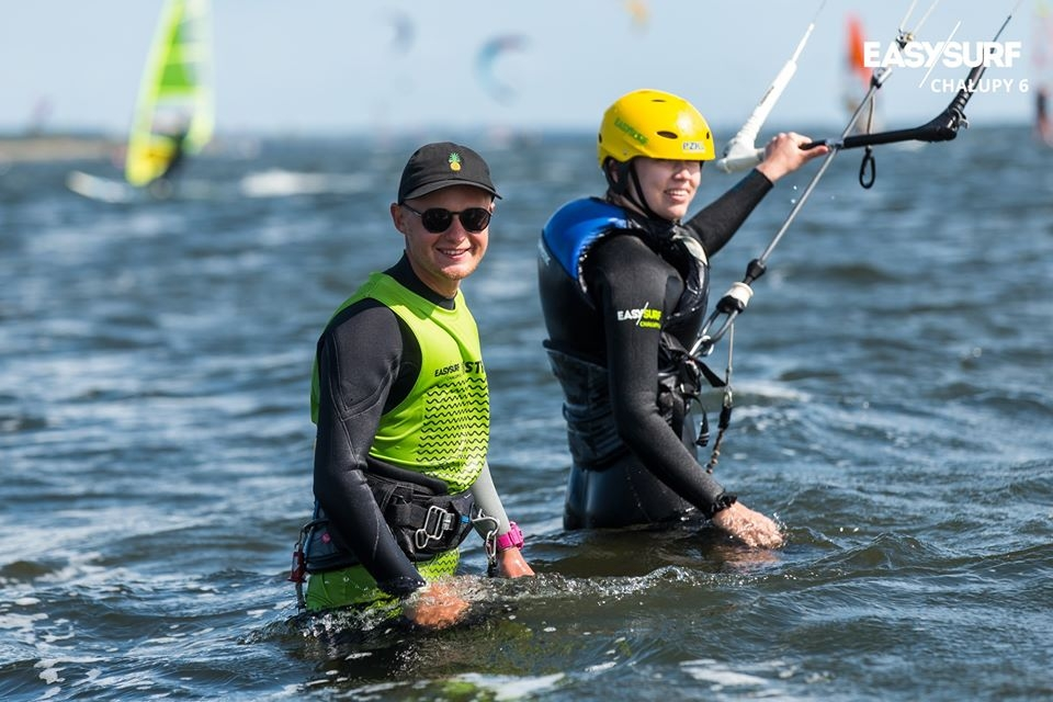 W płytkich wodach Zatoki Puckiej możesz uczyć się kitesurfingu komfortowo.