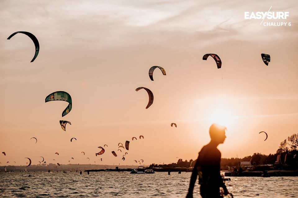 Wakacje to czas, kiedy na Półwysep Helski ściąga najwięcej kitesurferów.
